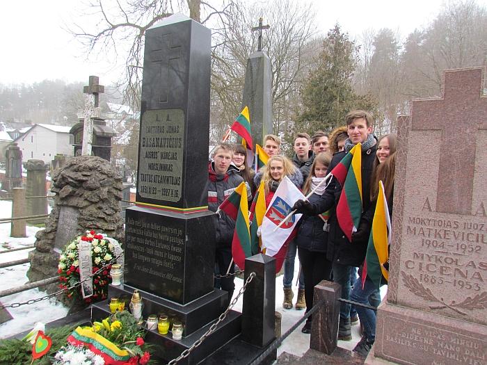 Prie J. Basanavičiaus paminklo Rasų kapinėse