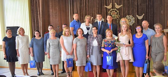 Šventės svečiai, pedagogai, tėveliai įsiamžino su Širvintų L. Stuokos-Gucevičiaus gimnaziją baigusiais šimtukininkais.