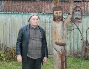 Meno kūrėjas Julijanas Gridziuška šalia skulptūros Sergėtojas.