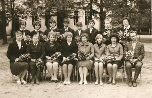 Prie Kernavės aštuonmetės mokyklos (pirmoje eilėje ketvirta iš kairės direktorė Valerija Grigaliūnienė).