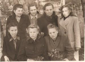 Širvintų mokyklos abiturientės (Valerija Grigaliūnienė pirmoje eilėje viduryje). 1949-05-13.