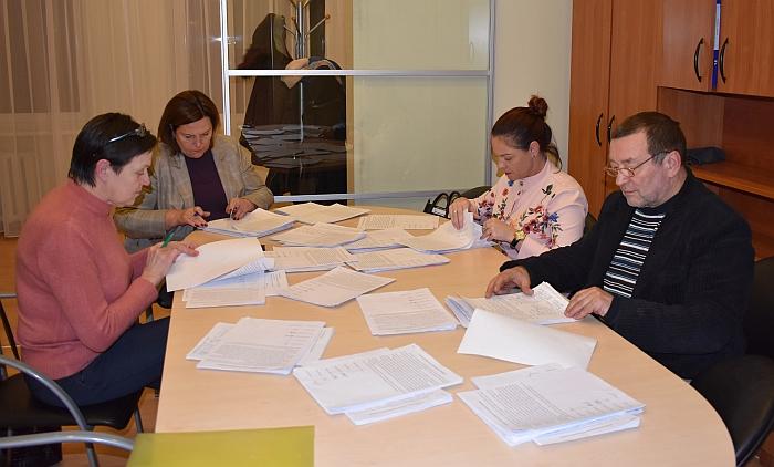 Iniciatyvinės grupės nariai skaičiuoja tarpinius rezultatus.