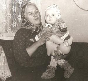 """Buvusi partizanų būrio """"Vilkas"""" ryšininkė Aldona Penkauskaitė-Gudeikienė su anūke Živile. 1984 m."""