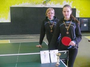 Šiais metais Greta Gujytė (dešinėje) įsitvirtino tarp pajėgiausių Lietuvos jaunių stalo tenisininkių. Kairėje - Gretos trenerė Virginija Lisevičienė.