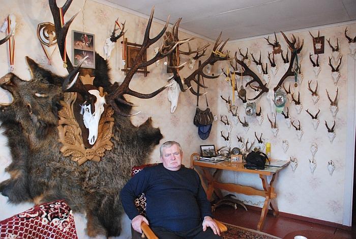 Hendrikas Adomavičius savo namuose prie sumedžiotų trofėjų