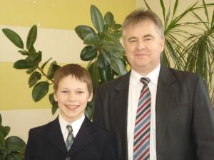 """Pirmosios vietos laimėtojas Justinas Blažys, """"Atžalyno"""" progimnazijos šeštokas, ir jo mokytojas Romas Zibalas."""