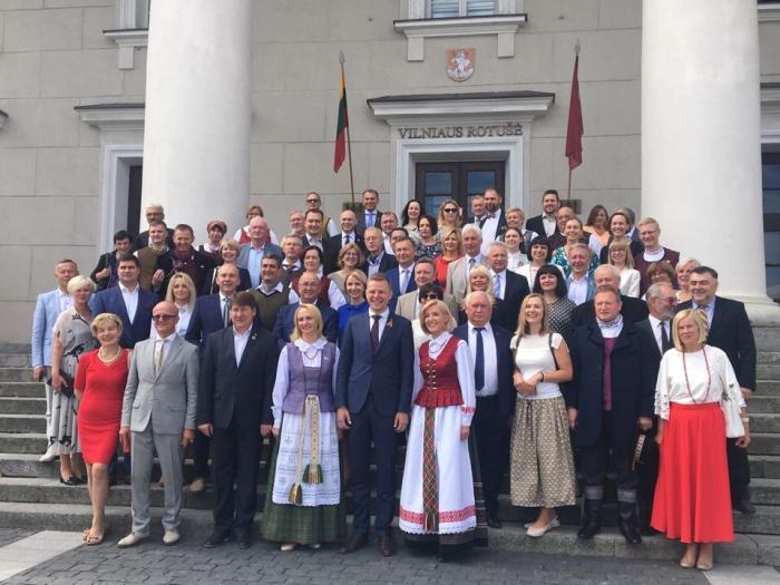 Liepos 6-osios rytas prasidėjo dalykiniu Vakstybės vadovų susitikimu su Lietuvos merais Vilniaus Rotušėje.