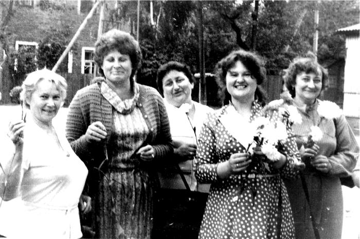 Širvintų pašto darbuotojai svečiuose Pastovių rajone (Baltarusija). Iš kairės į dešinę: Širvintų pašto darbuotojos Julija Brazauskienė, Antanina Striškienė, Gelvonų pašto viršininkė Regina Gineikienė, baltarusių vadovė ir Širvintų telegrafo telefonininkė Nijolė Baziuk.