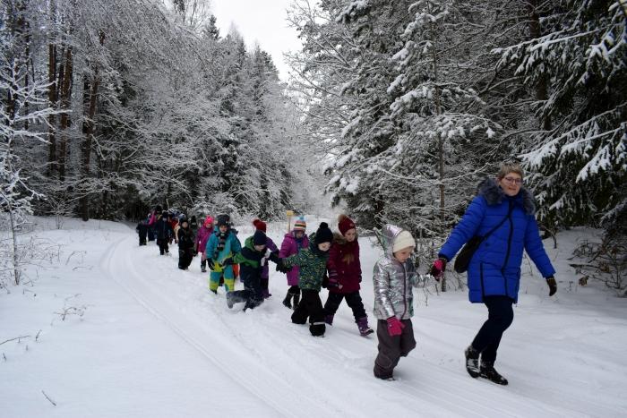 Vaikai žino, kad žiema yra išbandymas ne tik mums, bet ir miško žvėreliams.