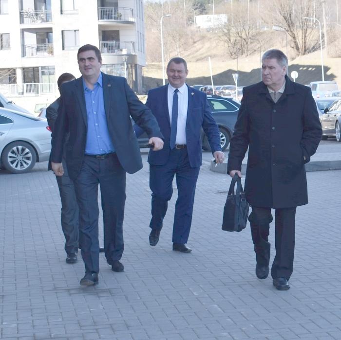Puikiai nusiteikę į partijos suvažiavimą atvyksta Sigitas Bankauskas, Vytautas Apavičius ir Kauno steigėjų lyderis.