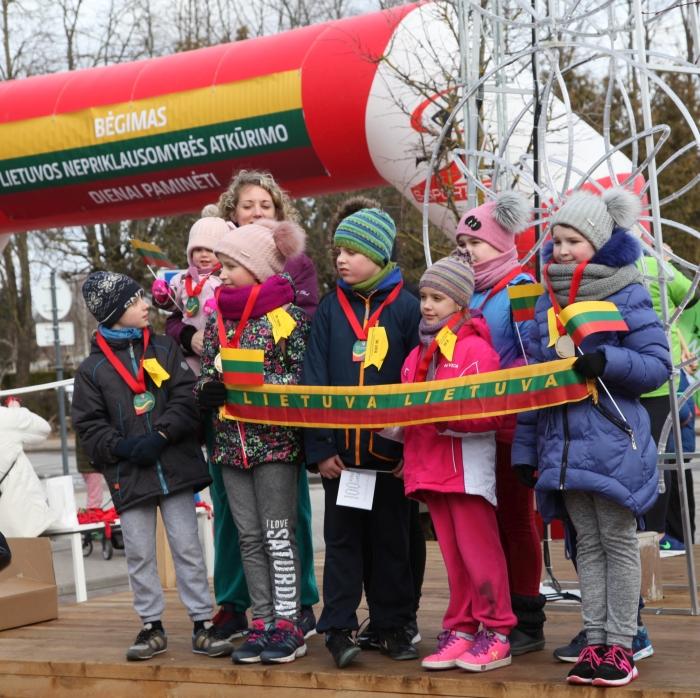 Bėgime Lietuvos Nepriklausomybės Atkūrimo dienai paminėt dalyvavo net ir patys mažiausi bėgikai