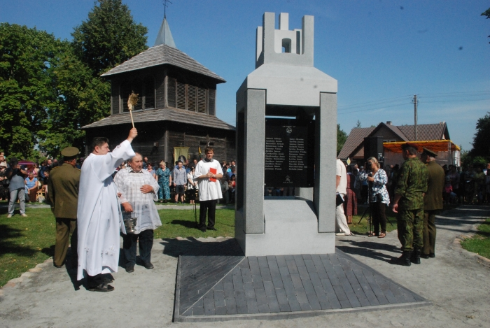 Musninkų parapijos klebonas Virginijus Balnys pašventino paminklą.