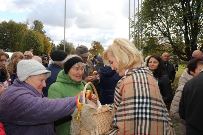 Širvintų savivaldybės vadovės  bei rajono administracija vaišino visus šventės dalyvius saldžiais kepiniais