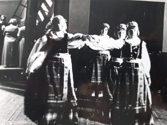 Alvyda Krapienė Buivydiškių žemės ūkio technikumo scenoje.