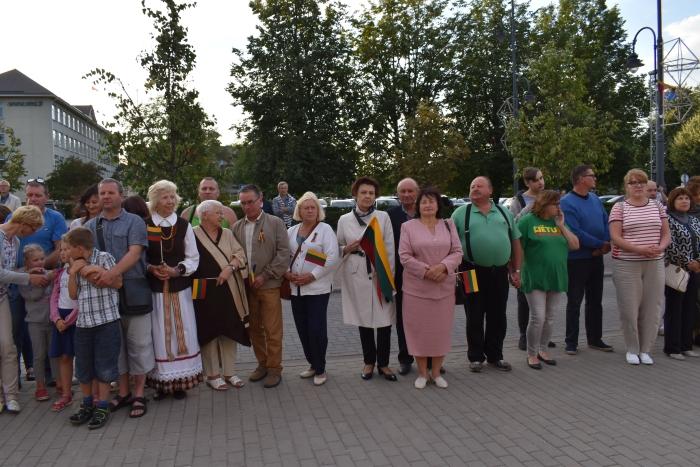 """Liepos 6-ąją, 21 val., gausiai susirinkę širvintiškiai sugiedojo Valstybės himnu virtusią """"Tautišką giesmę""""."""