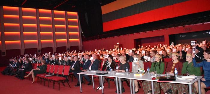 Gausiai susirinkę steigiamojo suvažiavimo dalyviai renka partijos pirmininką.