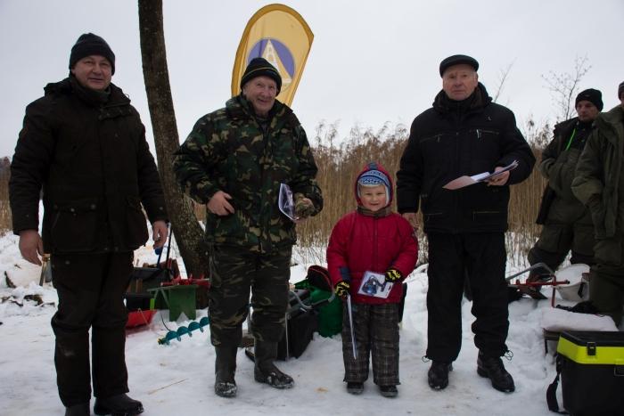 Išaiškinti vyriausias ir jauniausias žvejai. Antras iš kairės - 79 metų Albinas Sinkevičius ir 6 metų Danielius Ikanevičius.