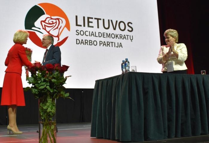 Išrinktą partijos pirmininką Gediminą Kirkilą sveikina jo pavaduotoja tapusi Živilė Pinskuvienė.