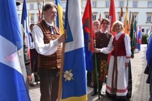 Valstybės vėliavų pakėlimo ceremonija S. Daukanto aikštėje. Nuotraukoje - Širvintų rajono savivaldybės merė Živilė Pinskuvienė ir Lukas Cikanavičius.