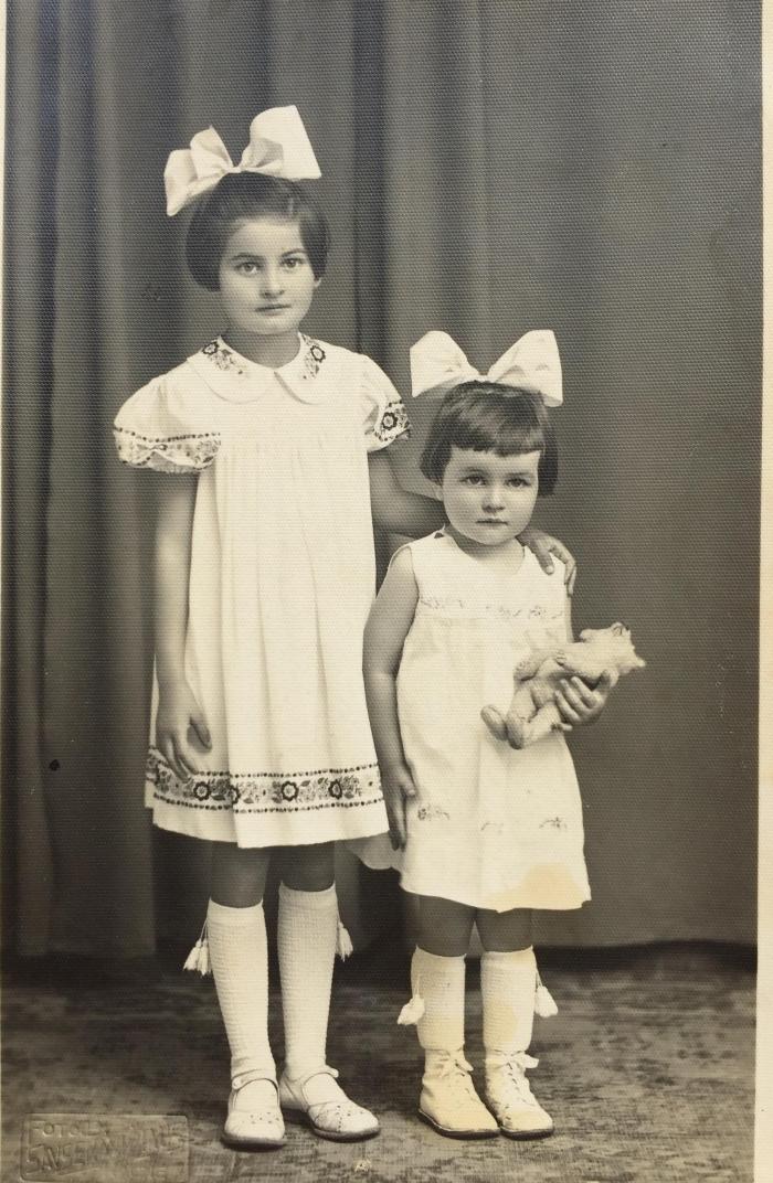 Su vyresnėle seserimi Edith. 1940 m.