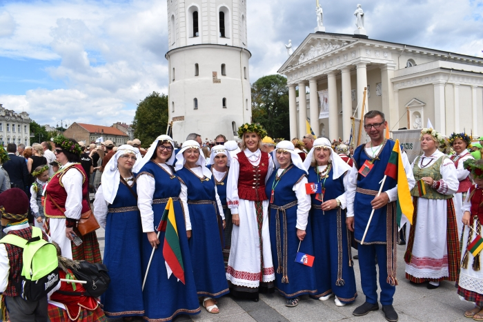 Vilniaus Katedros aikštėje širvintiškiai ruošiasi šventinei eisenai.