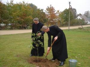 15 metų jubiliejui įprasminti ąžuoliuką pasodino kunigai Juozapas Dabravolskas ir Algis Ananis.