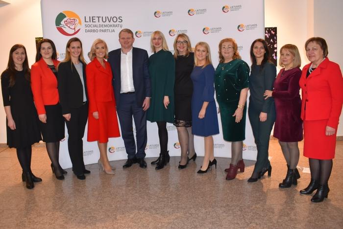 LSDDP steigėjos širvintiškės su frakcijos Seime seniūnu Andriumi Palioniu.