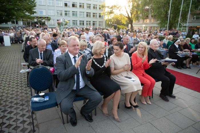 Renginyje dalyvavo ir Šimtmečio širvintiškiams Premjero įsteigtas dovanas įteikė Lietuvos Respublikos Vyriausybės kancleris Algirdas Stončaitis