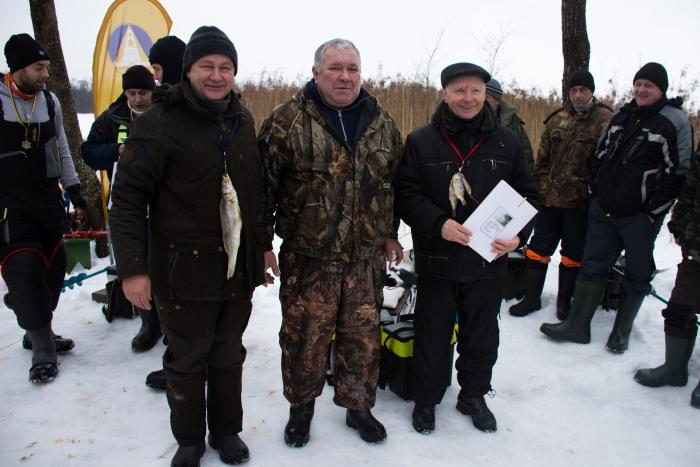 """Žvejų atstovas Vaclovas Špakauskas (viduryje) bendruomenės """"Spindulys"""" pirmininkui Alvydui Roliui ir šių eilučių autoriui ant kaklo užkabino simboliškus medalius - džiovintas žuvis.Žvejų atstovas Vaclovas Špakauskas (viduryje) bendruomenės """"Spindulys"""" pirmininkui Alvydui Roliui ir šių eilučių autoriui ant kaklo užkabino simboliškus medalius - džiovintas žuvis."""