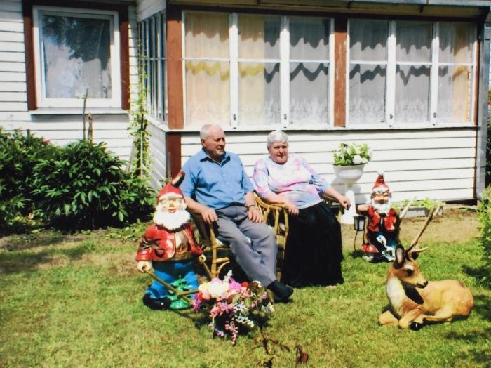 Irmgarda ir Zenonas Blusevičiai savo namų Vileikiškiuose kieme.