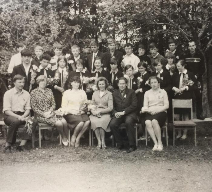 Vileikiškių mokyklos mokiniai ir mokytojai (Irmgarda Blusevičienė sėdi trečia iš kairės).