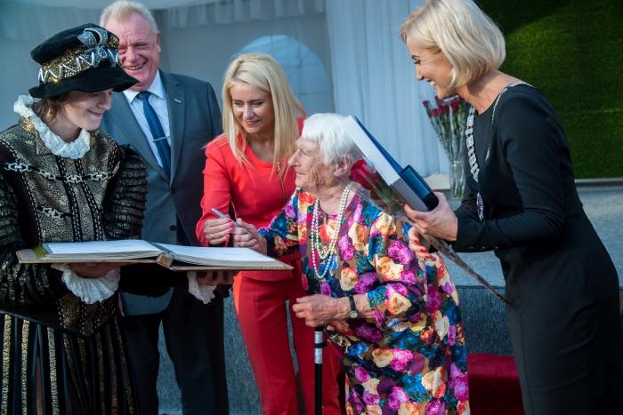 Garbingo amžiaus Šimtmečio širvintiškės apdovanojimų ceremonijoje braukė jaudulio ašarą ir kartu su artimaisiais džiaugėsi apdovanojimu