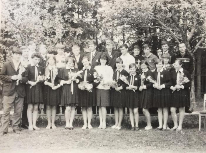 Irmgarda Blusevičienė su savo auklėtiniais, Vileikiškių mokyklos mokiniais.