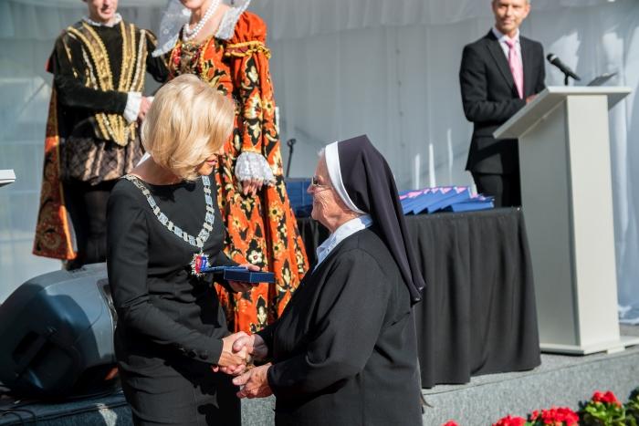 Apdovanojimas įteikiamas Irenai Valaitytei - Kristaus Karaliaus merginų diakonių kongregacijos generalinei vyresniajai seselei, socialinės, pastoracinės, švietėjiškos veiklos Kernavėje puoselėtojai.