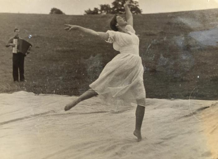Irmgarda Blusevičienė rodo baleto numerį. 1957 m.