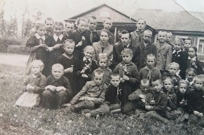 Vieni iš pirmųjų Juodiškių mokyklos mokinių su direktoriumi Petru Butkevičiumi (sėdi centre).