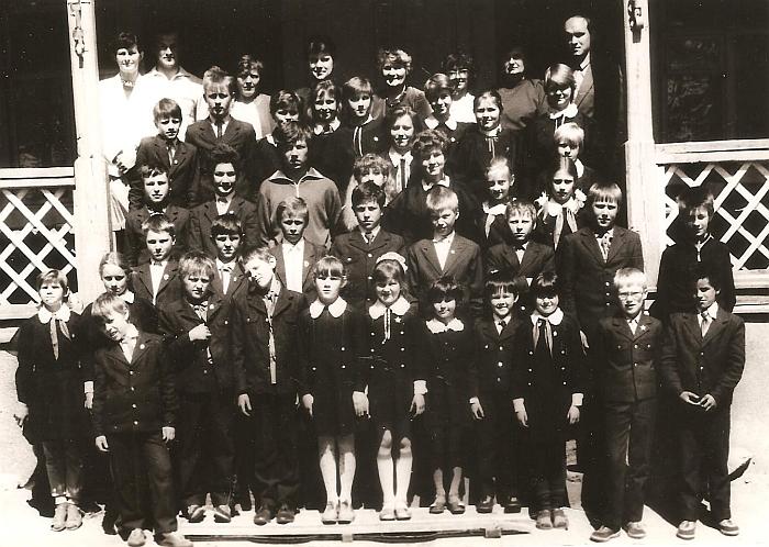 Juodiškių mokyklos mokiniai ir mokytojai. 1988-05-14.