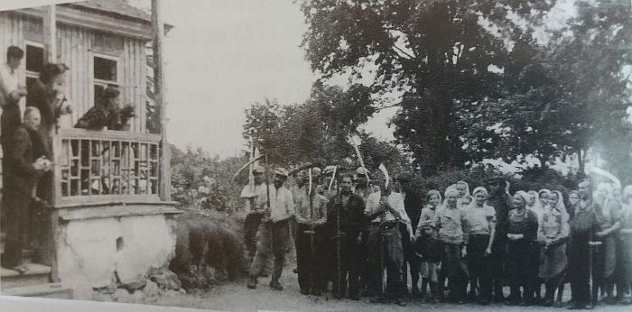 Juodiškių dvaro kieme susirinkę aplinkinių kaimų valstiečiai.