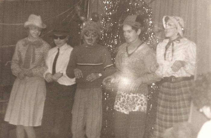 Naujųjų metų karnavalas. Devintokų pasirodymas. 1988-12-26.