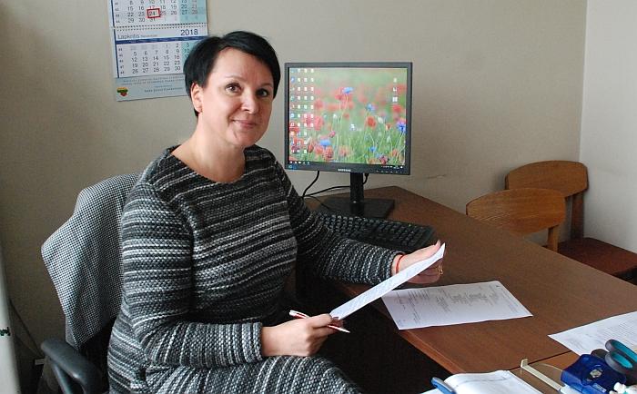 Raštvedė Diana Jacino savo kabinete Jauniūnų seniūnijoje.