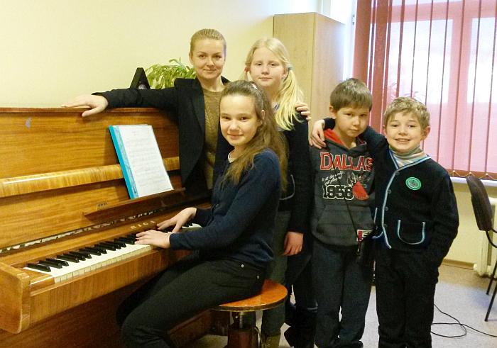 Mokytoja Ilona Jadzevičiūtė su savo mokiniais.