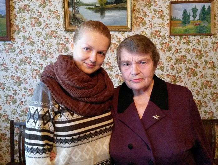 Meno mokyklos mokytoja Ilona Jadzevičiūtė su savo močiute, buvusia ilgamete Bartkuškio mokyklos mokytoja.