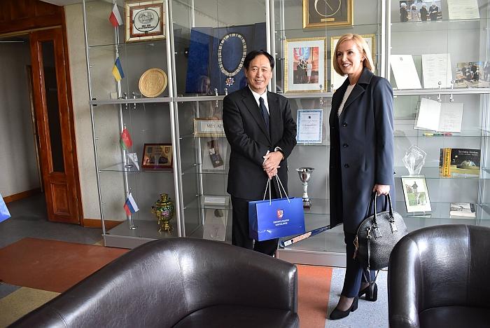 Ambasadorius džiaugėsi matydamas tokią gausą Širvintų savivaldybės garbingų apdovanojimų.