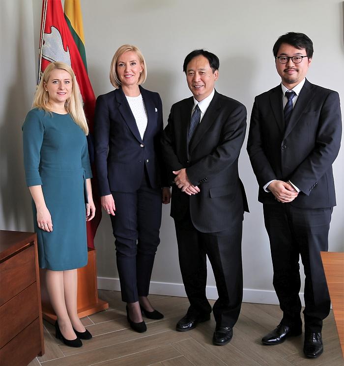 Japonijos ambasadorius Lietuvoje Toyoei Shigeeda, antrasis sekretorius Hiroya Inoue su mere Živile Pinskuviene ir administracijos direktore Ingrida Baltušyte-Četrauskiene.