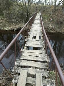 Kiek metų šis tiltelis nematė remonto, sunku pasakyti, tačiau juo kasdien eina žmonės.