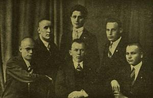 """1928-29 metų Centro valdyba. Viduryje stovi Juozas Šiaučiūnas (nuotr. """"Jaunoji karta"""", 1929 Nr. 6)."""