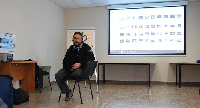 """Diskusiją apie narkotikų žalą """"Narkotikai - kelias į gyvenimo pabaigą čigonių tabore?"""" veda 15min.lt žurnalistas Vidmantas Balkūnas."""