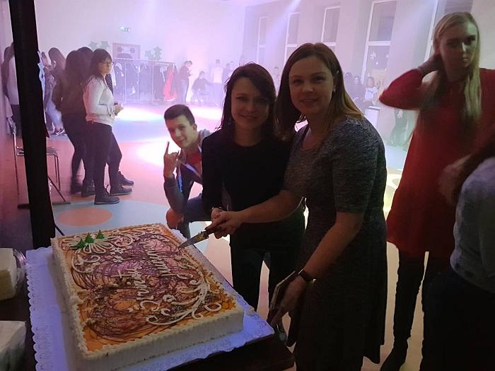 Didžiulis tortas - šventinė merės dovana jaunimui