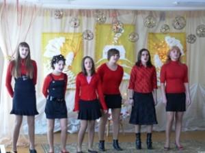 """Merginų vokalinis ansamblis iš Medžiukų (vadovė J.Kasparienė) žiūrovų simpatijas pelnė dainomis """"Brangiausia žemė"""" ir """"Dar nežinia""""."""