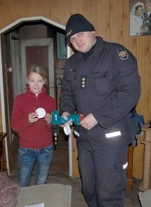 Valstybinės priešgaisrinės priežiūros poskyrio vyresnysis inspektorius Virginijus Lukša tuoj sumontuos dūmų jutiklį.